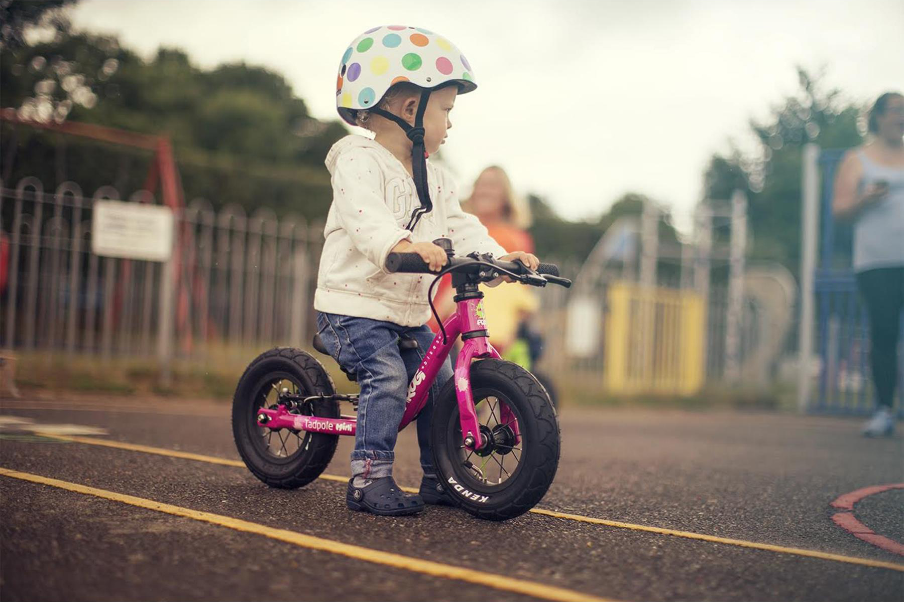 aae6ddffdfb ... balance and steer a bike before the transition to a bike with pedals.  Children walk, run and, eventually, coast alongon two wheels, with the main  ...